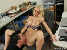 Who ordered pussy pleasing? Riley Evans gets her pussy licked
